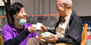 日本介護福祉グループの男性スタッフと利用者さまの写真